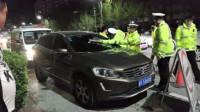 路虎女司机酒驾被拦,竟躲车里不敢下车检查,交警无奈只能砸车!