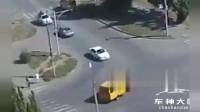 左转弯撞车直接爆炸,小车司机落荒而逃!