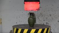 小伙作死,用1000°液压机去压炸弹,结果悲剧了!