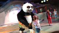 萌娃小可爱上山拜功夫熊猫为师学习功夫,萌娃:师傅快给我们露两手吧!