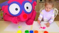 萌娃和可爱的玩偶朋友一起画画,两个小家伙真是萌萌哒!