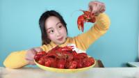 """妹子试吃""""麻辣小龙虾"""",这个季节能吃到小龙虾,简直过瘾!"""