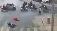 尴尬!男子醉驾骑摩托 恰好摔倒在交警面前被拘