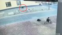 7岁男孩掉1米多深窨井 监控还原10秒自救过程