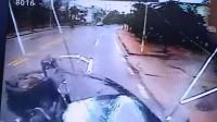 小车失控漂移横撞公交致1死 公交车挡风玻璃被撞裂