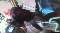男子与公交司机起冲突 被愤怒乘客一脚踹飞