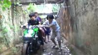 越南恶搞-作死男无聊竟将摩托车开到水渠中,下一幕玩出了新花样!