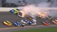 美国18辆赛车撞成一团 现场火花四溅一片混乱