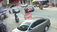男子骑摩托乱按喇叭一路飞驰 逆行撞上小车人仰车翻