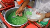 印尼也有豆腐脑?为何这颜色是绿色的呢,网友:估计味道不错