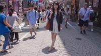 日本妈妈用背带背孩子,时间长了之后,女孩很容易长成罗圈腿