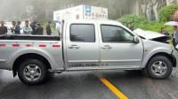 事故警世钟:雨天路滑,黑色皮卡车突然失控,车子扭了几下冲下了路基493期