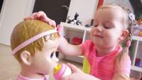萌娃小可爱在家把玩具宝宝照顾的真是无微不至呢!两个小家伙真是萌萌哒!