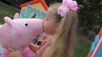 萌娃小可爱精心烹制的美食被小猪猪给偷吃了,萌娃:真是一只小馋猪!