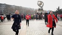 两位大姐广场上激情热舞,动感欢快的舞步,引百人围观