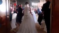 婚礼上2位妈妈身穿婚纱入场 重温爱情的喜悦