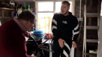 爆笑强力胶+平衡滑板车恶搞!为了解除强力胶,爷爷竟然用剪刀剪混世魔王Elliot的腿!
