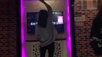 KTV里遇到的这位小姐姐,看这舞姿应该是老玩家了吧!