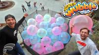 小哥在100个超大的气球中泡澡!网友:就不怕爆开时候炸到脸么?