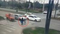 一条狗引发的车祸!三轮车紧急避让撞飞行人