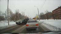 害人撞上路灯不说,没想到,路灯也坚持不住了,视频揪心