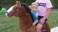 萌娃小可爱和玩具宝宝一起玩耍,一起学习,两个小家伙真是萌萌哒!