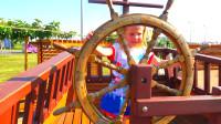 萌娃小可爱登上了一艘漂亮的帆船,萌娃:快来和我一起扬帆远航吧!