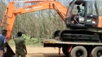 让人想不到! 新买的日立挖掘机, 我都不敢下拖车了, 会不会磨掉斗上的漆