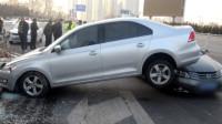 叠罗汉?司机捡眼镜撞车弹起 后车无辜被骑