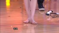 李菲儿脱高跟鞋秀美脚,节目现场学舞