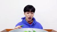 """小哥哥挑战吃""""青椒"""",五官扭曲也要吃,着实佩服!"""