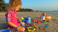 萌娃小可爱可喜欢去沙滩玩沙了,这儿的景色可真美!