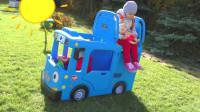 萌娃小可爱们的玩具车还会眨眼睛呢!真是萌萌哒!—萌娃:妹妹快上车,上学要迟到啦!