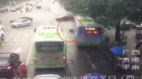 公交路口突然启动 撞向摩托车致驾驶员死亡