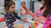萌娃小可爱的玩具宝宝真是萌萌哒!—萌娃:姐姐,我们给宝宝做水果沙拉吧!