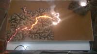 小伙在木板上涂上油,将电源线连接后通电,结果木板成精美画作