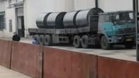 百吨王重卡拉四个庞大的钢卷,目测200吨把车都压的变形但是勇往直前