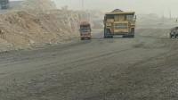 重型卡车在矿山专用重卡电动轮面前,简直就是一个模型玩具