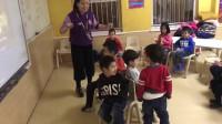 小朋友玩抢椅子失败了,还是老师有办法,思维都被带跑了
