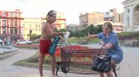 恶作剧-渔民拿着大鱼施舍给街边的路人,下一幕美女表现真搞笑!