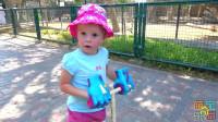 萌宝奇乐园:萌娃在沙地用挖掘机挖出水渠,骑滑板车去看鸵鸟