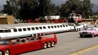 世界上最长的轿车:车长30米,还有泳池和停机坪,如何转弯?
