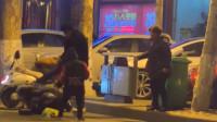 男子当街把妻子按地暴打 年幼孩子拼命护住妈妈哭喊:爸爸别打了!