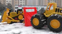 下大雪 推土机铲雪把小汽车埋在雪堆里了