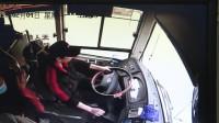 三男子为逼停公交竟殴打司机抢方向盘公交瞬间失控距河仅2米