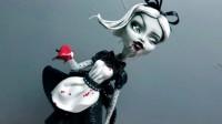炫酷怪高改造秀:普通娃娃重新美妆打扮成黑暗风时尚奢侈品