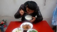 2只猪蹄,2碗米饭,这样做吃的才过瘾,农村小哥一阵狂吃
