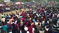 印度村庄办斗牛比赛 公牛失控冲入千人人群