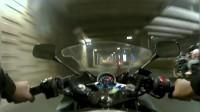 摩托车被重机贴身秒超吓得不轻