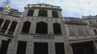 父母带着孩子游览中国历史文化名街,感受南洋建筑风格